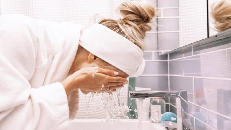بهترین اسکین کر اصفهان آب کشیدن نادرست پوست شستن صورت